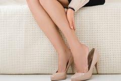 punto di vista parziale della donna che ha disagio mentre sedendosi Immagini Stock