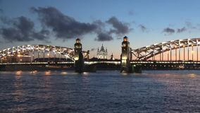 Punto di vista di Peter il grandi ponte e cattedrale di Smolny, notte Timelapse di San Pietroburgo stock footage