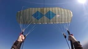 Punto di vista di pilotaggio del paracadute archivi video