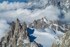 Punto di vista pittoresco della montagna ad Aiguille du Midi nelle alpi Immagine Stock Libera da Diritti