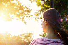 Punto di vista posteriore di bella ragazza romantica che legge un libro nel parco Fotografia Stock Libera da Diritti