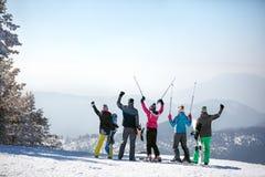 Punto di vista posteriore degli sciatori sulla cima della montagna fotografia stock