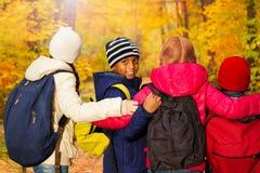 Punto di vista posteriore dei bambini internazionali che stanno vicini fotografia stock