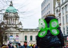 Punto di vista posteriore del bambino con le ali della farfalla che hanno simbolo davanti al comune di Belfast, giorno 2018 dell' Fotografia Stock