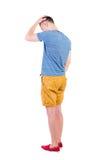 Punto di vista posteriore del giovane arrabbiato in breve e maglietta Immagine Stock Libera da Diritti