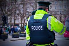 Punto di vista posteriore del poliziotto al centro urbano di Belfast Immagine Stock