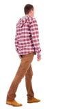 Punto di vista posteriore del tirante andante in una camicia di plaid con il cappuccio. Fotografia Stock Libera da Diritti