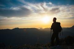 Punto di vista posteriore dell'alpinista irriconoscibile Fotografia Stock