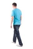 Punto di vista posteriore dell'uomo bello di camminata in maglietta Immagini Stock Libere da Diritti