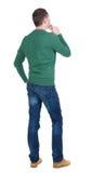 Punto di vista posteriore dell'uomo bello in pullover verde Immagine Stock
