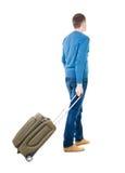 Punto di vista posteriore dell'uomo con cercare verde della valigia Fotografia Stock Libera da Diritti