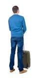 Punto di vista posteriore dell'uomo con cercare verde della valigia Immagine Stock Libera da Diritti