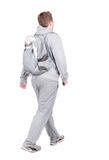 Punto di vista posteriore dell'uomo di camminata con lo zaino Fotografia Stock