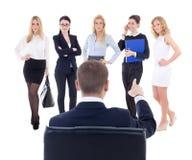 Punto di vista posteriore dell'uomo di seduta di affari che sceglie nuovo segretario o assi Immagini Stock