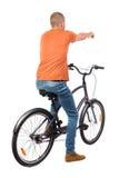Punto di vista posteriore dell'uomo indicante con una bicicletta fotografia stock libera da diritti