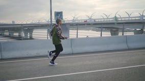 Punto di vista posteriore dell'uomo sicuro dell'americano felice dell'africano nero al rallentatore che fa sport e seguire stile  video d archivio