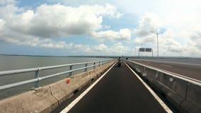 Punto di vista posteriore dell'uomo sul ponte che guida bruscamente via stock footage