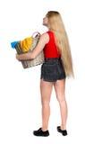 Punto di vista posteriore della donna con la lavanderia sporca del canestro la ragazza è impegnata nel lavaggio Fotografia Stock