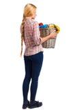 Punto di vista posteriore della donna con la lavanderia sporca del canestro la ragazza è impegnata nel lavaggio Fotografie Stock Libere da Diritti