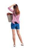 Punto di vista posteriore della donna con la lavanderia sporca del canestro la ragazza è impegnata nel lavaggio Immagine Stock