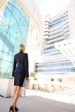 Punto di vista posteriore della donna di affari che esamina la costruzione di affari immagine stock libera da diritti