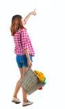 Punto di vista posteriore della donna indicante con la lavanderia sporca del canestro la ragazza è impegnata nel lavaggio Fotografia Stock Libera da Diritti