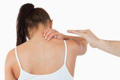 Punto di vista posteriore della femmina che ha dolore nel suo collo Immagini Stock Libere da Diritti