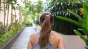 Punto di vista posteriore della giovane donna che corre nel giorno di estate Modo di vivere sano Movimento lento 3840x2160 archivi video