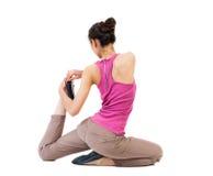 Punto di vista posteriore della ragazza che si siede davanti ad un esercizio di riscaldamento Fotografia Stock