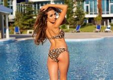Punto di vista posteriore della ragazza con la figura perfetta nel nuoto immagini stock libere da diritti