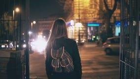 Punto di vista posteriore di giovane donna castana che cammina tardi alla notte a centro urbano di Roma, Italia I giri della raga video d archivio
