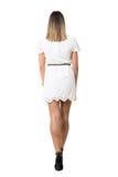 Punto di vista posteriore di giovane donna sexy nell'allontanarsi del vestito dal pizzo Immagini Stock