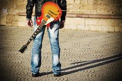 Punto di vista posteriore di un chitarrista che sta con una chitarra Fotografia Stock Libera da Diritti