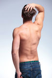 Punto di vista posteriore di un giovane topless Immagini Stock