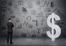 Punto di vista posteriore di un uomo d'affari che esamina il grande simbolo di dollaro del calcestruzzo 3D Fotografie Stock