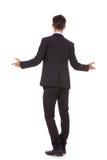 Punto di vista posteriore di un uomo di affari che lo accoglie favorevolmente Immagini Stock
