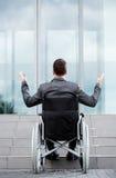 Punto di vista posteriore di un uomo disabile davanti alle scale fotografia stock