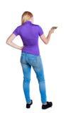 Punto di vista posteriore di una ragazza che dipinge il rullo di pittura Raccolta della gente di retrovisione Immagine Stock