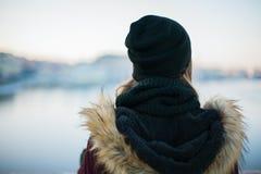 Punto di vista posteriore di una ragazza dei pantaloni a vita bassa contro il backgroun vago di inverno Fotografia Stock Libera da Diritti