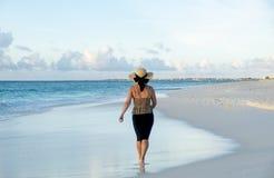 Punto di vista posteriore di una donna che cammina a piedi nudi su una spiaggia caraibica 4 immagini stock