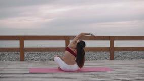 Punto di vista posteriore di una giovane donna meditante video d archivio