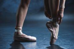 punto di vista potato del ballerino di balletto in scarpe del pointe immagini stock