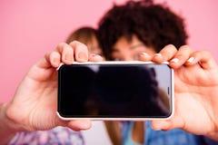 Punto di vista potato del primo piano delle ragazze affascinanti piacevoli per due persone che fanno presa del selfie con la vaca fotografie stock libere da diritti