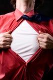 Punto di vista potato dell'uomo frustrato che strappa fuori dalla sua camicia Fotografia Stock