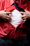 Punto di vista potato dell'uomo frustrato che strappa fuori dalla sua camicia sulla b nera Fotografia Stock Libera da Diritti