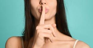 Punto di vista potato della donna seducente con le labbra nude che mostrano zitto simbolo fotografie stock libere da diritti