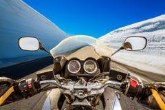Punto di vista in prima persona del motociclista, serpentina della montagna Immagini Stock