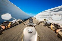 Punto di vista in prima persona del motociclista, serpentina della montagna Immagine Stock