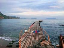 Punto di vista di prospettiva di una talpa di legno del pilastro in mare Ponte di legno nel tempo di primavera con cielo blu Post immagini stock libere da diritti