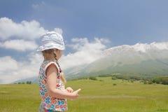 Punto di vista raro della ragazza caucasica in italiano Apennines della regione di Abruzzo che esamina le montagne Fotografia Stock Libera da Diritti